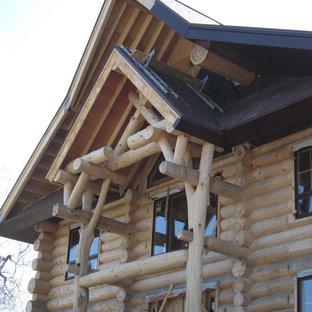 Modelo de fachada marrón, rural, de tamaño medio, de dos plantas, con revestimiento de madera y tejado a doble faldón