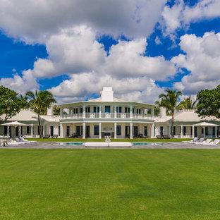 Ispirazione per la facciata di una casa ampia bianca tropicale a due piani