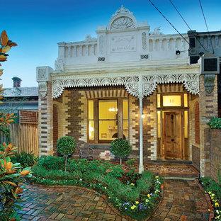 メルボルンの小さいヴィクトリアン調のおしゃれな平屋 (レンガサイディング、ベージュの外壁) の写真