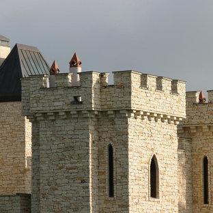 Esempio della facciata di una casa unifamiliare ampia marrone moderna a tre o più piani con rivestimento in pietra e copertura mista