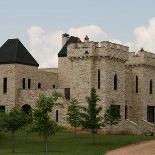 Modelo de fachada de casa marrón, vintage, extra grande, de tres plantas, con revestimiento de piedra y tejado de varios materiales