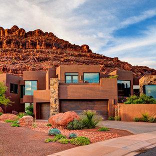 Zweistöckiges, Rotes Mediterranes Haus mit Lehmfassade und Flachdach in Salt Lake City