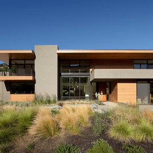 Immagine della facciata di una casa moderna con rivestimento in cemento