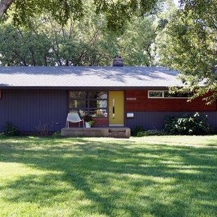 На фото: одноэтажный, фиолетовый дом среднего размера в стиле ретро с