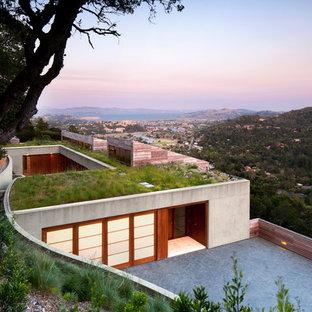 Exemple d'une façade de maison tendance avec un toit végétal.