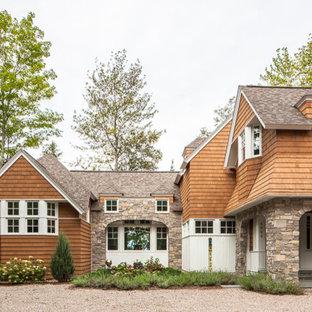 Diseño de fachada de casa marrón, escandinava, extra grande, de dos plantas, con revestimiento de madera, tejado a dos aguas y tejado de teja de madera