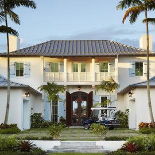 Esempio della facciata di una casa grande tropicale a due piani con tetto a padiglione