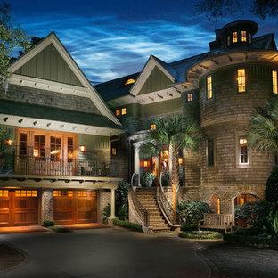 Idées déco pour une très grande façade de maison verte exotique avec un revêtement mixte.