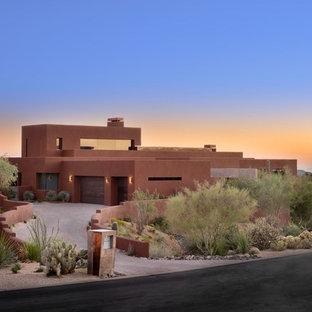フェニックスの中くらいのコンテンポラリースタイルのおしゃれな家の外観 (漆喰サイディング、茶色い外壁、緑化屋根) の写真