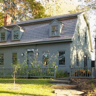 Idee per la facciata di una casa grigia country con rivestimento in legno e tetto a mansarda