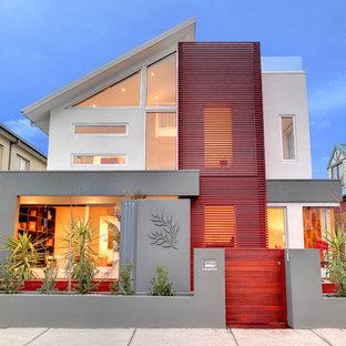 Пример оригинального дизайна: фасад дома в современном стиле с комбинированной облицовкой