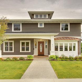 Imagen de fachada de estilo americano, de dos plantas, con revestimiento de madera