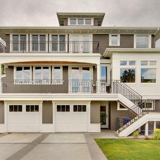Ispirazione per la facciata di una casa american style a tre piani con rivestimento in legno