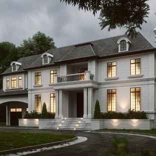 Réalisation d'une très grand façade en pierre blanche à un étage.