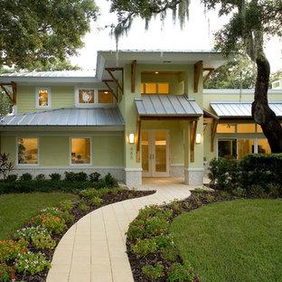 Inspiration pour une façade de maison jaune ethnique à un étage.