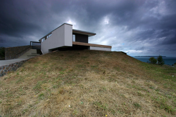 4 modern new zealand homes embrace land and sea for Modern new zealand homes
