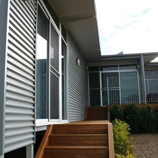 Imagen de fachada de casa gris, urbana, de tamaño medio, a niveles, con revestimiento de metal