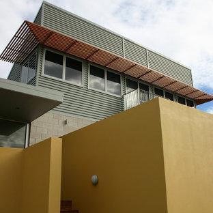 Foto de fachada de casa gris, industrial, de tamaño medio, a niveles, con revestimiento de metal