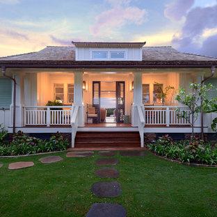 Inspiration för ett tropiskt vitt hus, med allt i ett plan och valmat tak