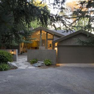 Inredning av ett modernt stort grått hus, med allt i ett plan och stuckatur