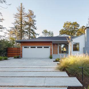 サンフランシスコの中くらいのミッドセンチュリースタイルのおしゃれな家の外観 (混合材サイディング) の写真