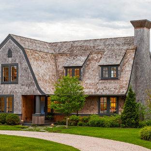 ボストンのヴィクトリアン調のおしゃれな家の外観 (木材サイディング) の写真