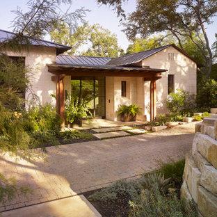 Großes, Zweistöckiges, Beigefarbenes Mediterranes Einfamilienhaus mit Steinfassade in Austin