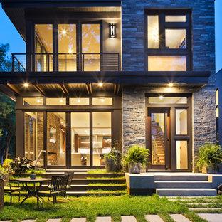 Immagine della facciata di una casa piccola grigia moderna a due piani con rivestimenti misti e tetto piano