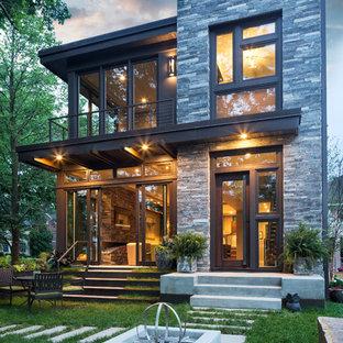 Modelo de fachada gris, contemporánea, pequeña, de dos plantas, con revestimientos combinados y tejado plano