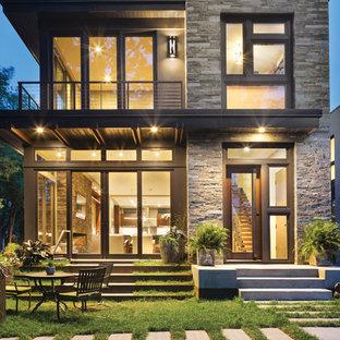 Ispirazione per la facciata di una casa grande grigia moderna a tre piani con rivestimenti misti e tetto piano
