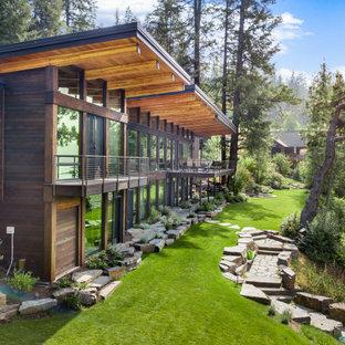 Idées déco pour une grand façade de maison multicolore contemporaine à un étage avec un revêtement mixte, un toit plat et un toit végétal.