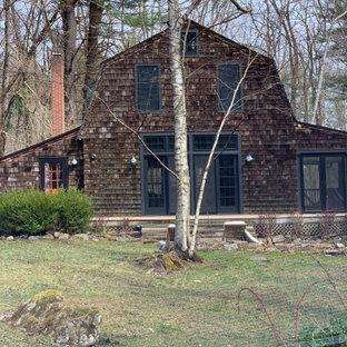 Modelo de fachada de casa marrón, bohemia, con revestimiento de madera, tejado a doble faldón y techo verde