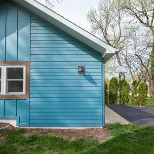 Ejemplo de fachada de casa azul, ecléctica, grande, de una planta, con revestimiento de madera, tejado a dos aguas y tejado de teja de madera