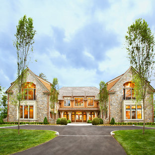 Свежая идея для дизайна: огромный, двухэтажный дом в классическом стиле с облицовкой из камня - отличное фото интерьера