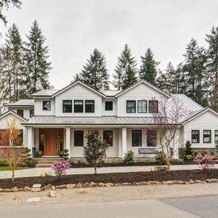 Modelo de fachada de casa blanca, de estilo de casa de campo, de dos plantas, con tejado a dos aguas y tejado de metal