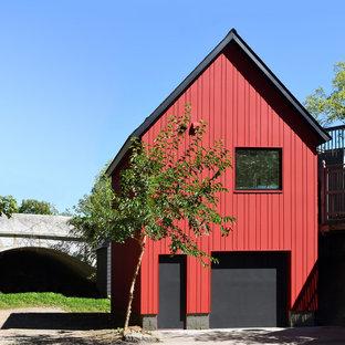 Ejemplo de fachada roja, contemporánea, con tejado a dos aguas
