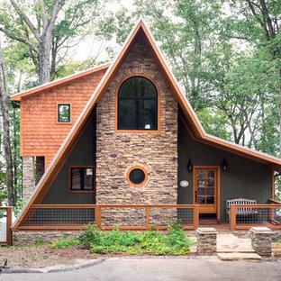 Idées déco pour une façade en bois éclectique à un étage.