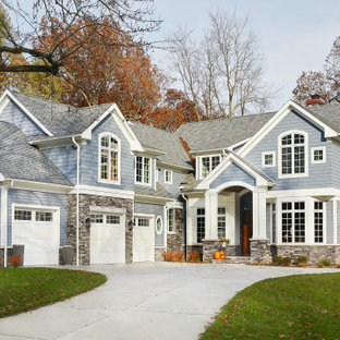 Свежая идея для дизайна: большой, трехэтажный, синий частный загородный дом в морском стиле с двускатной крышей, крышей из гибкой черепицы, комбинированной облицовкой, серой крышей и отделкой дранкой - отличное фото интерьера