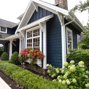 Неиссякаемый источник вдохновения для домашнего уюта: одноэтажный, деревянный, синий частный загородный дом среднего размера в морском стиле с двускатной крышей и крышей из гибкой черепицы