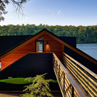 Mittelgroßes, Zweistöckiges, Schwarzes Rustikales Haus mit Holzfassade in Toronto