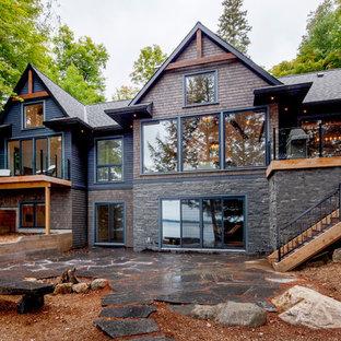 Diseño de fachada gris, clásica, de tamaño medio, a niveles, con revestimiento de piedra y tejado a dos aguas