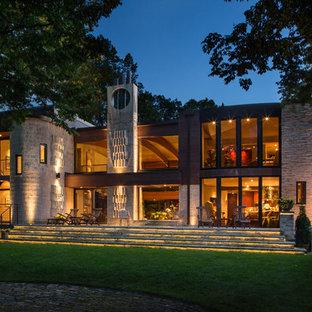 ミルウォーキーのエクレクティックスタイルのおしゃれな家の外観 (石材サイディング) の写真