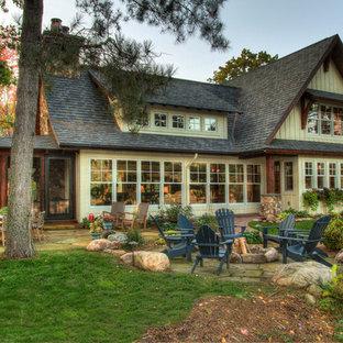 Exemple d'une grand façade de maison verte montagne à un étage avec un toit en shingle et un toit à deux pans.