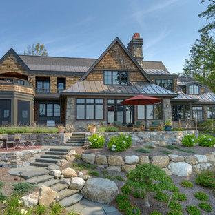 Idéer för ett stort amerikanskt brunt hus, med två våningar, blandad fasad, sadeltak och tak i shingel