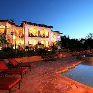 Diseño de fachada mediterránea, extra grande, de tres plantas