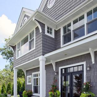 Diseño de fachada gris, costera, grande, a niveles, con revestimiento de aglomerado de cemento