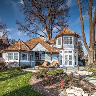 Idée de décoration pour une façade de maison bleue style shabby chic.