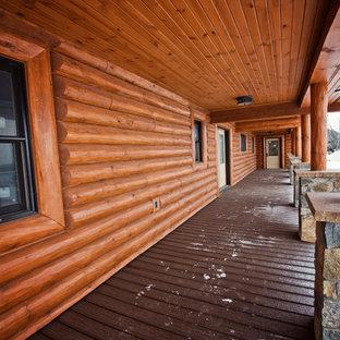 Immagine della facciata di una casa unifamiliare ampia marrone rustica a due piani con rivestimento in legno, tetto a capanna e copertura a scandole