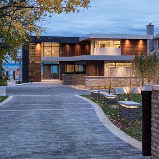 Exempel på ett modernt flerfärgat hus, med två våningar och platt tak