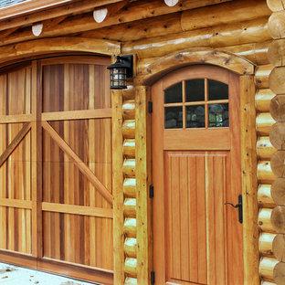 Idee per la facciata di una casa unifamiliare grande marrone rustica a tre o più piani con rivestimenti misti, tetto a capanna e copertura a scandole